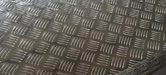Алюминиевый рифленый лист размером 1,2х1200х3000 мм из сплава АМг2Н2Р с типом поверхности квинтет