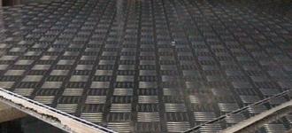 Лист стальной нержавеющий рифленый размером 3х1250x2500 мм из стали AISI 304 (08Х18Н10) горячекатаный