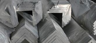 Алюминиевый равнополочный уголок размером 30х30х3 мм из сплава 1561 длиной 6 м